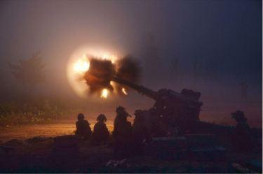 150616 - SK - KIM JONG UN - Marschall KIM JONG UN sah sich eine Nachtübung der Kriegsschiffe und der Artillerie zum Feuerschlag gegen Ziele auf dem Meer an - 04 - 조선인민군 최고사령관 김정은동지께서 해군함선구분대와 지상포병구분대들의 야간해상화력타격연습을 보시였다