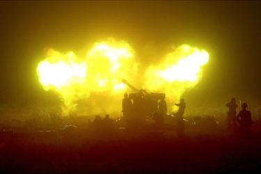 150616 - SK - KIM JONG UN - Marschall KIM JONG UN sah sich eine Nachtübung der Kriegsschiffe und der Artillerie zum Feuerschlag gegen Ziele auf dem Meer an - 05 - 조선인민군 최고사령관 김정은동지께서 해군함선구분대와 지상포병구분대들의 야간해상화력타격연습을 보시였다
