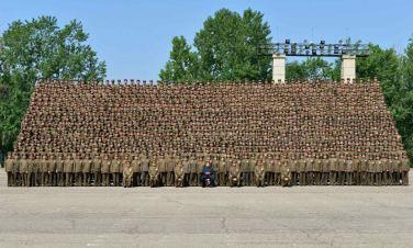 150618 - RS - KIM JONG UN - Marschall KIM JONG UN ließ sich mit den Aufklärungsmitarbeitern der KVA zum Andenken fotografieren -  02 - 조선인민군 최고사령관 김정은동지께서 조선인민군 제1차 정찰일군대회 참가자들과 함께 기념사진을 찍으시였다