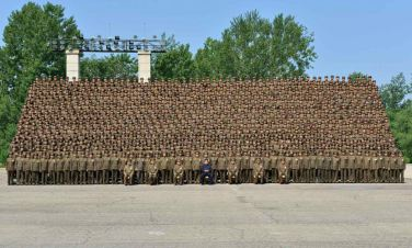 150618 - RS - KIM JONG UN - Marschall KIM JONG UN ließ sich mit den Aufklärungsmitarbeitern der KVA zum Andenken fotografieren -  03 - 조선인민군 최고사령관 김정은동지께서 조선인민군 제1차 정찰일군대회 참가자들과 함께 기념사진을 찍으시였다