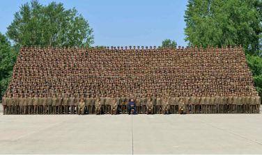 150618 - RS - KIM JONG UN - Marschall KIM JONG UN ließ sich mit den Aufklärungsmitarbeitern der KVA zum Andenken fotografieren -  04 - 조선인민군 최고사령관 김정은동지께서 조선인민군 제1차 정찰일군대회 참가자들과 함께 기념사진을 찍으시였다