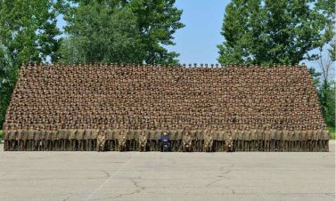 150618 - RS - KIM JONG UN - Marschall KIM JONG UN ließ sich mit den Aufklärungsmitarbeitern der KVA zum Andenken fotografieren -  07 - 조선인민군 최고사령관 김정은동지께서 조선인민군 제1차 정찰일군대회 참가자들과 함께 기념사진을 찍으시였다