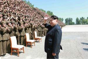 150618 - SK - KIM JONG UN - Marschall KIM JONG UN ließ sich mit den Aufklärungsmitarbeitern der KVA zum Andenken fotografieren -  03 - 조선인민군 최고사령관 김정은동지께서 조선인민군 제1차 정찰일군대회 참가자들과 함께 기념사진을 찍으시였다