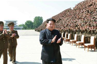150618 - SK - KIM JONG UN - Marschall KIM JONG UN ließ sich mit den Aufklärungsmitarbeitern der KVA zum Andenken fotografieren -  04 - 조선인민군 최고사령관 김정은동지께서 조선인민군 제1차 정찰일군대회 참가자들과 함께 기념사진을 찍으시였다