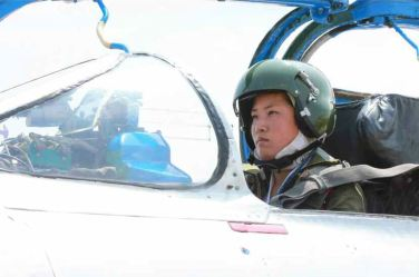150622 - RS - KIM JONG UN - Marschall KIM JONG UN sah sich die Flugübung der Überschallkampfflugzeugführerinnen an - 08 - 선군조선의 첫 녀성초음속전투기비행사 탄생 영웅조선의 효녀, 선군조선 하늘의 꽃 조금향, 림설동무들 조선인민군 최고사령관 김정은동지께서 녀성초음속전투기비행사 조금향, 림설동무들의 비행훈련을 보시였다