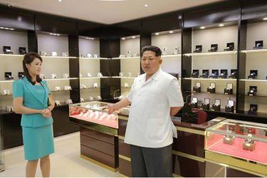150625 - SK - KIM JONG UN - Marschall KIM JONG UN besichtigte den fertiggestellten Terminal des Internationalen Flughafens Pyongyang - 07 - 경애하는 김정은동지께서 완공된 평양국제비행장 항공역사를 현지지도하시였다