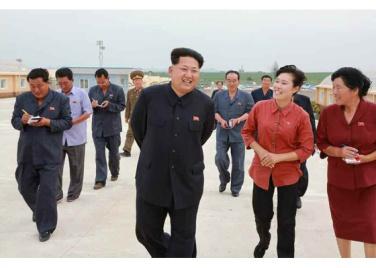 150630 - RS - KIM JONG UN - Genosse KIM JONG UN besuchte den Genossenschaftlichen Landwirtschaftsbetrieb Jangchon für Gemüsebau - 05 - 경애하는 김정은동지께서 사회주의농촌문화건설의 본보기, 기준으로 천지개벽된 평양시 사동구역 장천남새전문협동농장을 현지지도하시였다