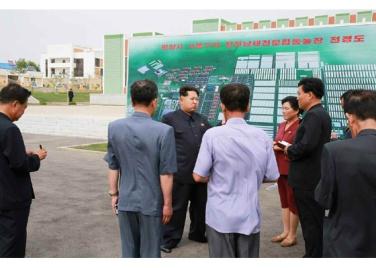 150630 - RS - KIM JONG UN - Genosse KIM JONG UN besuchte den Genossenschaftlichen Landwirtschaftsbetrieb Jangchon für Gemüsebau - 10 - 경애하는 김정은동지께서 사회주의농촌문화건설의 본보기, 기준으로 천지개벽된 평양시 사동구역 장천남새전문협동농장을 현지지도하시였다