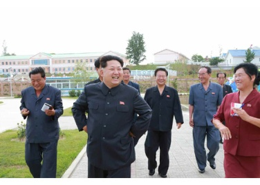 150630 - RS - KIM JONG UN - Genosse KIM JONG UN besuchte den Genossenschaftlichen Landwirtschaftsbetrieb Jangchon für Gemüsebau - 11 - 경애하는 김정은동지께서 사회주의농촌문화건설의 본보기, 기준으로 천지개벽된 평양시 사동구역 장천남새전문협동농장을 현지지도하시였다