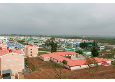 150630 - RS - KIM JONG UN - Genosse KIM JONG UN besuchte den Genossenschaftlichen Landwirtschaftsbetrieb Jangchon für Gemüsebau - 15 - 경애하는 김정은동지께서 사회주의농촌문화건설의 본보기, 기준으로 천지개벽된 평양시 사동구역 장천남새전문협동농장을 현지지도하시였다