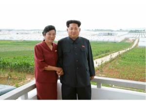 150630 - RS - KIM JONG UN - Genosse KIM JONG UN besuchte den Genossenschaftlichen Landwirtschaftsbetrieb Jangchon für Gemüsebau - 20 - 경애하는 김정은동지께서 사회주의농촌문화건설의 본보기, 기준으로 천지개벽된 평양시 사동구역 장천남새전문협동농장을 현지지도하시였다