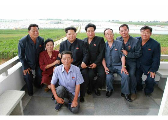 150630 - RS - KIM JONG UN - Genosse KIM JONG UN besuchte den Genossenschaftlichen Landwirtschaftsbetrieb Jangchon für Gemüsebau - 21 - 경애하는 김정은동지께서 사회주의농촌문화건설의 본보기, 기준으로 천지개벽된 평양시 사동구역 장천남새전문협동농장을 현지지도하시였다