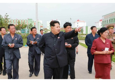 150630 - RS - KIM JONG UN - Genosse KIM JONG UN besuchte den Genossenschaftlichen Landwirtschaftsbetrieb Jangchon für Gemüsebau - 22 - 경애하는 김정은동지께서 사회주의농촌문화건설의 본보기, 기준으로 천지개벽된 평양시 사동구역 장천남새전문협동농장을 현지지도하시였다