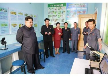 150630 - RS - KIM JONG UN - Genosse KIM JONG UN besuchte den Genossenschaftlichen Landwirtschaftsbetrieb Jangchon für Gemüsebau - 24 - 경애하는 김정은동지께서 사회주의농촌문화건설의 본보기, 기준으로 천지개벽된 평양시 사동구역 장천남새전문협동농장을 현지지도하시였다