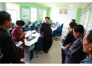 150630 - RS - KIM JONG UN - Genosse KIM JONG UN besuchte den Genossenschaftlichen Landwirtschaftsbetrieb Jangchon für Gemüsebau - 25 - 경애하는 김정은동지께서 사회주의농촌문화건설의 본보기, 기준으로 천지개벽된 평양시 사동구역 장천남새전문협동농장을 현지지도하시였다