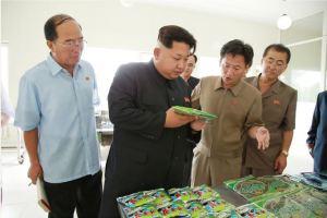 150711 - SK - KIM JONG UN - Marschall KIM JONG UN besichtigte die Verarbeitungsfabrik für Seetang Taegyong in Pyongyang - 05 - 경애하는 김정은동지께서 평양대경김가공공장을 현지지도하시였다