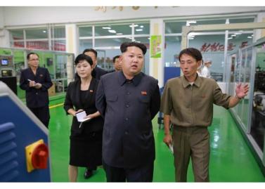 150714 - RS - Marschall KIM JONG UN besuchte die Toilettenartikelfabrik Ragnang - 01 - 경애하는 김정은동지께서 락랑위생용품공장을 현지지도하시였다
