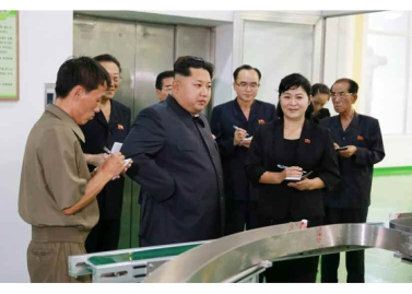 150714 - RS - Marschall KIM JONG UN besuchte die Toilettenartikelfabrik Ragnang - 02 - 경애하는 김정은동지께서 락랑위생용품공장을 현지지도하시였다