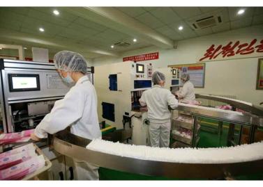 150714 - RS - Marschall KIM JONG UN besuchte die Toilettenartikelfabrik Ragnang - 03 - 경애하는 김정은동지께서 락랑위생용품공장을 현지지도하시였다