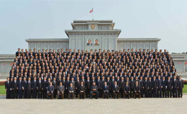 150715 - RS - Marschall KIM JONG UN ließ sich zusammen mit den Botschaftern zum Andenken fotografieren - 경애하는 김정은동지께서 제43차 대사회의 참가자들과 함께 기념사진을 찍으시였다