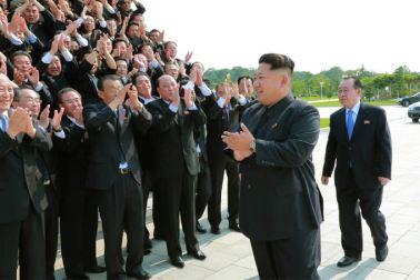 150715 - SK - Marschall KIM JONG UN ließ sich zusammen mit den Botschaftern zum Andenken fotografieren - 01 - 경애하는 김정은동지께서 제43차 대사회의 참가자들과 함께 기념사진을 찍으시였다