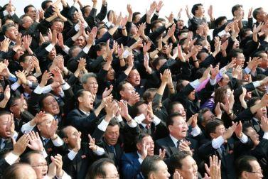 150715 - SK - Marschall KIM JONG UN ließ sich zusammen mit den Botschaftern zum Andenken fotografieren - 02 - 경애하는 김정은동지께서 제43차 대사회의 참가자들과 함께 기념사진을 찍으시였다