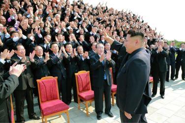 150715 - SK - Marschall KIM JONG UN ließ sich zusammen mit den Botschaftern zum Andenken fotografieren - 03 - 경애하는 김정은동지께서 제43차 대사회의 참가자들과 함께 기념사진을 찍으시였다