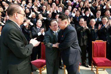 150715 - SK - Marschall KIM JONG UN ließ sich zusammen mit den Botschaftern zum Andenken fotografieren - 04 - 경애하는 김정은동지께서 제43차 대사회의 참가자들과 함께 기념사진을 찍으시였다