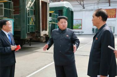 150720 - RS - KIM JONG UN - Genosse KIM JONG UN besuchte das Vereinigte Elektrolokomotivenwerk 'Kim Jong Thae' - 01 - 경애하는 김정은동지께서 김종태전기기관차련합기업소를 현지지도하시고 철도현대화의 불길을 지펴주시였다 - groß