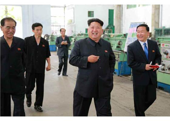 150720 - RS - KIM JONG UN - Genosse KIM JONG UN besuchte das Vereinigte Elektrolokomotivenwerk 'Kim Jong Thae' - 05 - 경애하는 김정은동지께서 김종태전기기관차련합기업소를 현지지도하시고 철도현대화의 불길을 지펴주시였다