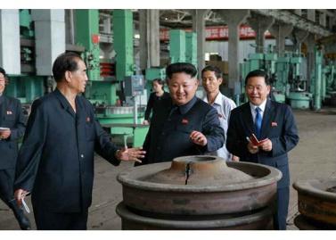 150720 - RS - KIM JONG UN - Genosse KIM JONG UN besuchte das Vereinigte Elektrolokomotivenwerk 'Kim Jong Thae' - 06 - 경애하는 김정은동지께서 김종태전기기관차련합기업소를 현지지도하시고 철도현대화의 불길을 지펴주시였다