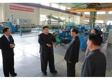 150720 - RS - KIM JONG UN - Genosse KIM JONG UN besuchte das Vereinigte Elektrolokomotivenwerk 'Kim Jong Thae' - 08 - 경애하는 김정은동지께서 김종태전기기관차련합기업소를 현지지도하시고 철도현대화의 불길을 지펴주시였다