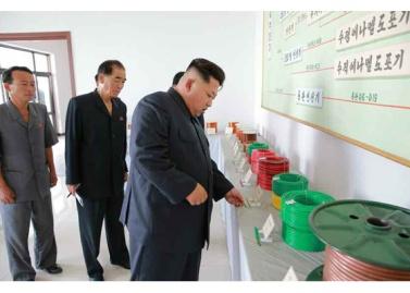 150720 - RS - KIM JONG UN - Genosse KIM JONG UN besuchte das Vereinigte Elektrolokomotivenwerk 'Kim Jong Thae' - 09 - 경애하는 김정은동지께서 김종태전기기관차련합기업소를 현지지도하시고 철도현대화의 불길을 지펴주시였다