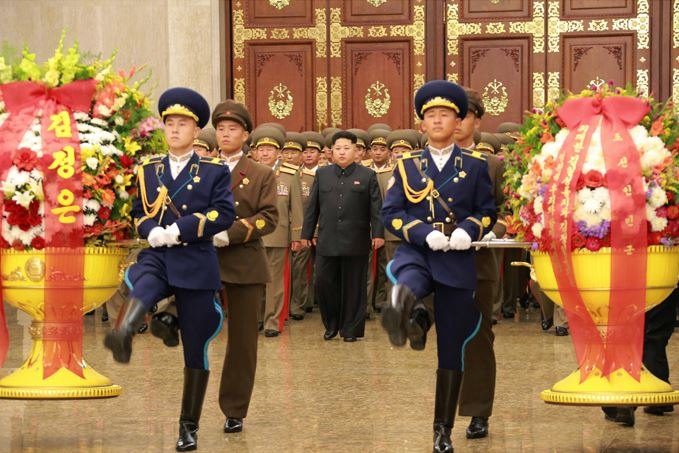 150727 - RS - KIM JONG UN - Marschall KIM JONG UN suchte den Sonnenpalast Kumsusan auf - 02 - 경애하는 김정은동지께서 조선인민군 지휘성원들과 함께 금수산태양궁전을 찾으시였다