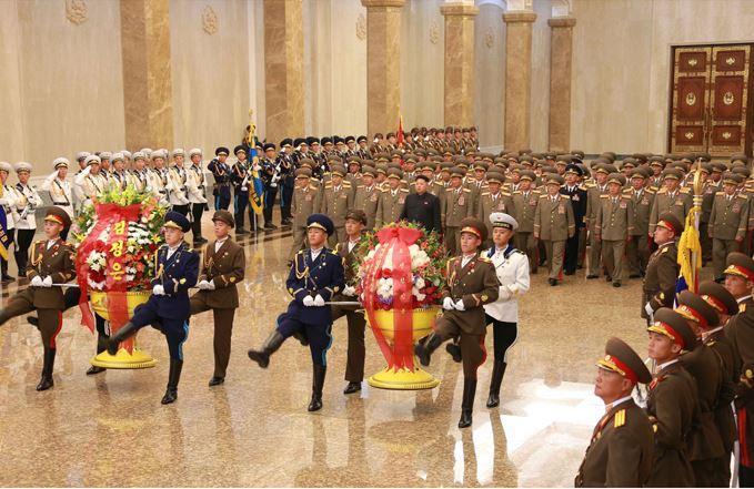 150727 - RS - KIM JONG UN - Marschall KIM JONG UN suchte den Sonnenpalast Kumsusan auf - 04 - 경애하는 김정은동지께서 조선인민군 지휘성원들과 함께 금수산태양궁전을 찾으시였다