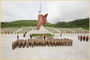 150728 - Naenara - KIM JONG UN - Marschall KIM JONG UN besuchte den Ehrenfriedhof der Gefallenen Teilnehmer des Vaterländischen Befreiungskrieges - 04 - 경애하는 김정은동지께서 조국해방전쟁승리 62돐에 즈음하여 조선인민군 지휘성원들과 함께 조국해방전쟁참전렬사묘를 찾으시였다