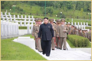 150728 - Naenara - KIM JONG UN - Marschall KIM JONG UN besuchte den Ehrenfriedhof der Gefallenen Teilnehmer des Vaterländischen Befreiungskrieges - 05 - 경애하는 김정은동지께서 조국해방전쟁승리 62돐에 즈음하여 조선인민군 지휘성원들과 함께 조국해방전쟁참전렬사묘를 찾으시였다