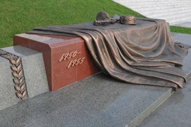 150728 - SK - KIM JONG UN - Marschall KIM JONG UN besuchte den Ehrenfriedhof der Gefallenen Teilnehmer des Vaterländischen Befreiungskrieges - 03 - 경애하는 김정은동지께서 조국해방전쟁승리 62돐에 즈음하여 조선인민군 지휘성원들과 함께 조국해방전쟁참전렬사묘를 찾으시였다