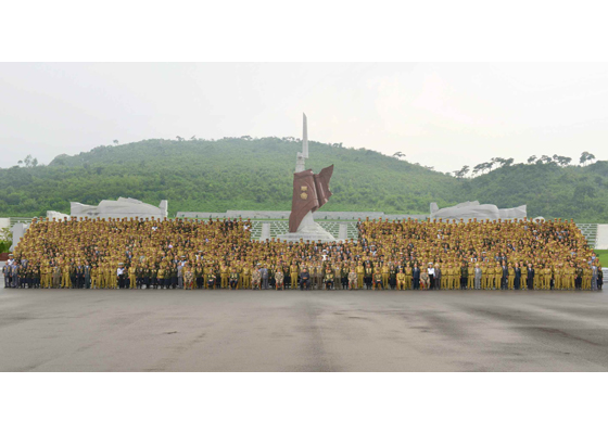 150730 - RS - KIM JONG UN - Marschall KIM JONG UN hatte Erinnerungsfoto mit den Teilnehmern am 4. Landestreffen der Kriegsveteranen - 01 - 경애하는 김정은동지께서 제4차 전국로병대회 참가자들과 함께 기념사진을 찍으시였다