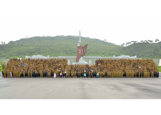 150730 - RS - KIM JONG UN - Marschall KIM JONG UN hatte Erinnerungsfoto mit den Teilnehmern am 4. Landestreffen der Kriegsveteranen - 02 - 경애하는 김정은동지께서 제4차 전국로병대회 참가자들과 함께 기념사진을 찍으시였다
