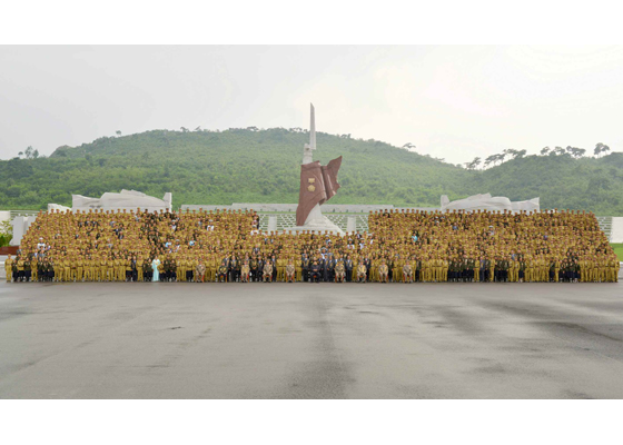 150730 - RS - KIM JONG UN - Marschall KIM JONG UN hatte Erinnerungsfoto mit den Teilnehmern am 4. Landestreffen der Kriegsveteranen - 03 - 경애하는 김정은동지께서 제4차 전국로병대회 참가자들과 함께 기념사진을 찍으시였다