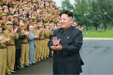 150730 - SK - KIM JONG UN - Marschall KIM JONG UN hatte Erinnerungsfoto mit den Teilnehmern am 4. Landestreffen der Kriegsveteranen - 01 - 경애하는 김정은동지께서 제4차 전국로병대회 참가자들과 함께 기념사진을 찍으시였다