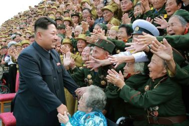 150730 - SK - KIM JONG UN - Marschall KIM JONG UN hatte Erinnerungsfoto mit den Teilnehmern am 4. Landestreffen der Kriegsveteranen - 02 - 경애하는 김정은동지께서 제4차 전국로병대회 참가자들과 함께 기념사진을 찍으시였다