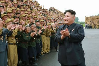 150730 - SK - KIM JONG UN - Marschall KIM JONG UN hatte Erinnerungsfoto mit den Teilnehmern am 4. Landestreffen der Kriegsveteranen - 03 - 경애하는 김정은동지께서 제4차 전국로병대회 참가자들과 함께 기념사진을 찍으시였다