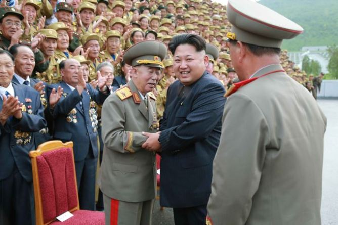 150730 - SK - KIM JONG UN - Marschall KIM JONG UN hatte Erinnerungsfoto mit den Teilnehmern am 4. Landestreffen der Kriegsveteranen - 04 - 경애하는 김정은동지께서 제4차 전국로병대회 참가자들과 함께 기념사진을 찍으시였다