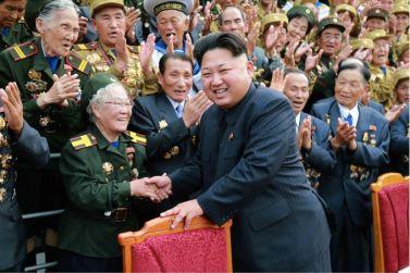 150730 - SK - KIM JONG UN - Marschall KIM JONG UN hatte Erinnerungsfoto mit den Teilnehmern am 4. Landestreffen der Kriegsveteranen - 05 - 경애하는 김정은동지께서 제4차 전국로병대회 참가자들과 함께 기념사진을 찍으시였다
