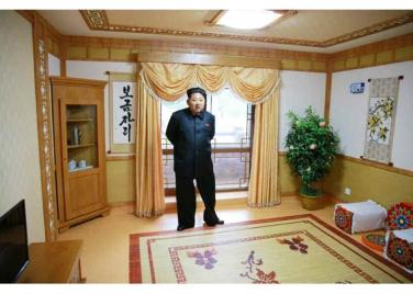 150802 - RS - KIM JONG UN - Marschall KIM JONG UN besichtigte das neu errichtete Altersheim Pyongyang - 05 - 경애하는 김정은동지께서 새로 건설한 평양양로원을 현지지도하시였다