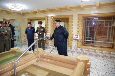 150802 - SK - KIM JONG UN - Marschall KIM JONG UN besichtigte das neu errichtete Altersheim Pyongyang - 09 - 경애하는 김정은동지께서 새로 건설한 평양양로원을 현지지도하시였다