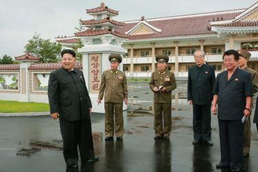 150802 - SK - KIM JONG UN - Marschall KIM JONG UN besichtigte das neu errichtete Altersheim Pyongyang - 13 - 경애하는 김정은동지께서 새로 건설한 평양양로원을 현지지도하시였다