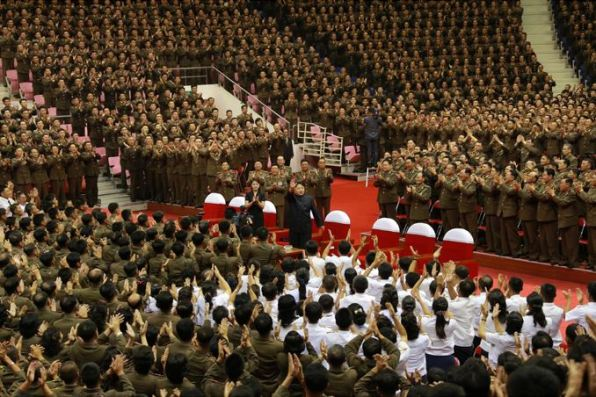 150804 - SK -  KIM JONG UN - Marschall KIM JONG UN sah sich eine Darbietung zum 62. Jahrestag des Sieges im Krieg an - 01 -경애하는 김정은동지께서 인민군장병들과 함께 위대한 조국해방전쟁승리 62돐경축 공훈국가합창단공연을 관람하시였다